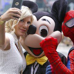 Tori Spelling haciéndose un selfie en Nueva York con Spiderman y Mickey Mouse