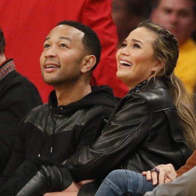 Chrissy Teigen y John Legend en un partido de la NBA