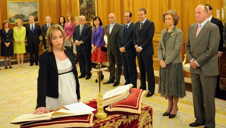Carme Chacón jura como ministra de Defensa frente a los Reyes de España