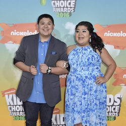 Rico Rodriguez y su hermana en los Nickelodeon Kids' Choice Awards