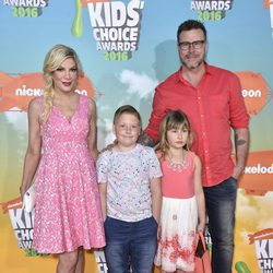 Tori Spelling y Dean McDermott con dos de sus hijos en los Nickelodeon Kids' Choice Awards