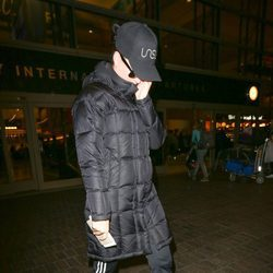 Katy Perry se esconde ante las cámaras en el aeropuerto de Los Ángeles para no ser relacionada con Orlando Bloom