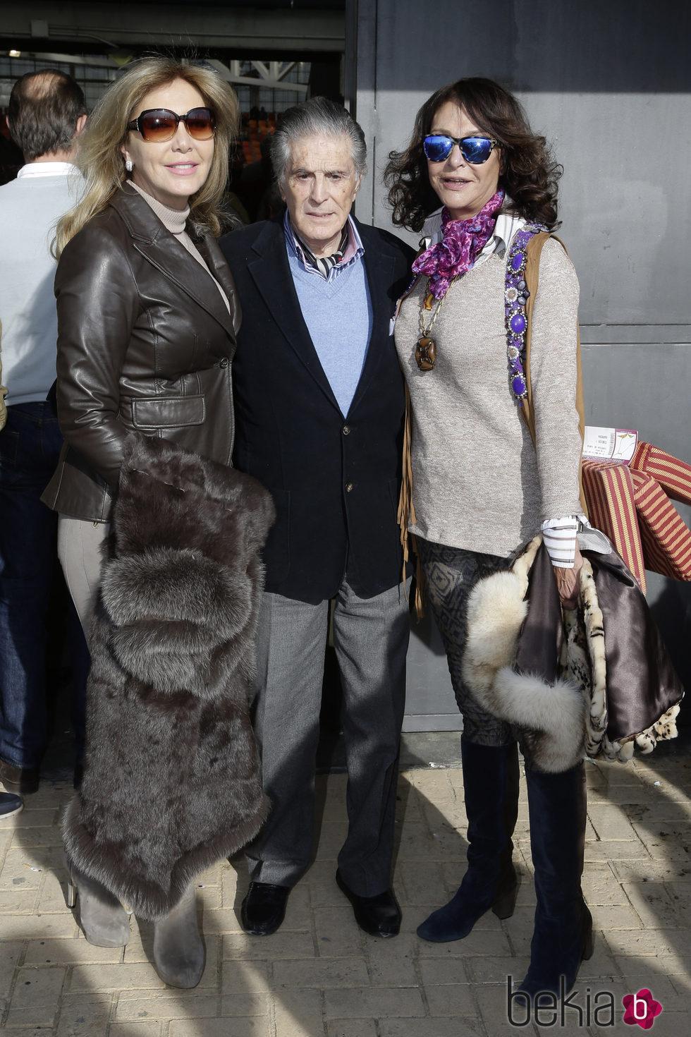 Norma Duval con Jaime Ostos y María Ángeles Grajal en el festejo taurino en Illescas en Toledo