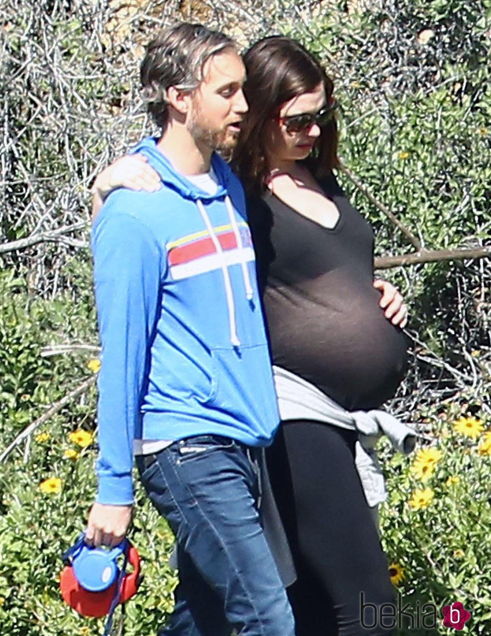 Anne Hathaway paseando junto a su marido en un día al aire libre en Los Ángeles