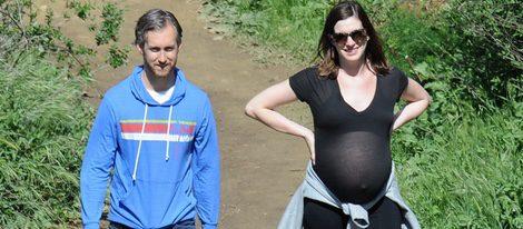 Anne Hathaway pasea en la cuenta atrás de su embarazo junto a su marido  en Los Ángeles