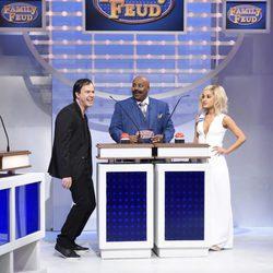 Ariana Grande imitando a Jennifer Lawrence en el programa 'Saturday Night Live'