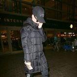 Katy Perry escondida bajo un gran abrigo y una gorra en el aeropuerto de Los Angeles