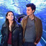 Clara Lago y Álex González en el rodaje de 'Órbita 9' en el Acuario de San Sebastián