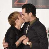 Blanca Portillo se besa con el actor Asier Etxeandia en los Premios Unión de Actores 2016