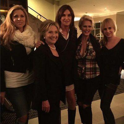 Caitlyn Jenner posando con Hillary Clinton y unas amigas