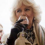 Camilla Parker Bowles bebiendo vino en Croacia