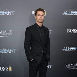 Theo James en el estreno 'La serie Divergente: Leal'