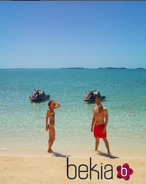 Taylor Swift y Calvin Harris en una playa paradisiaca
