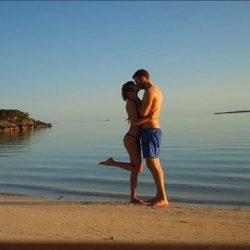 Taylor Swift y Calvin Harris besándose románticamente