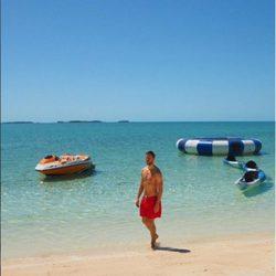 Calvin Harris en una playa paradisiaca