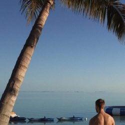 Calvin Harris posando en una playa paradisiaca