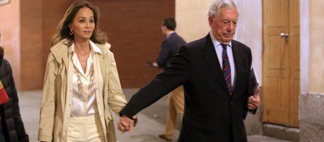 Isabel Preysler y Mario Vargas Llosa de la mano en la presentación del libro 'Preso pero libre' en Madrid