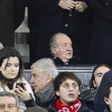 El Rey Juan Carlos viendo el partido de Champions que enfrentó al Atlético de Madrid con el PSV
