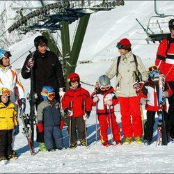 Las Infantas Elena y Cristina con sus maridos y sus hijos en Baqueira Beret