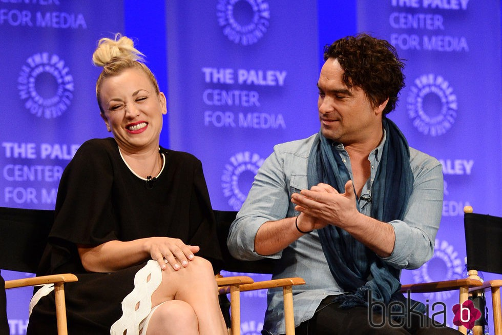 Kaley Cuoco y Johnny Galecki muy cómplices en la promoción de 'The Big Bang Theory' en el Playfest 2016