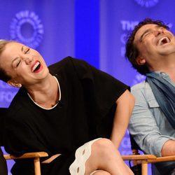 Kaley Cuoco y Johnny Galecki riéndose en la promoción de 'The Big Bang Theory' en el Playfest 2016