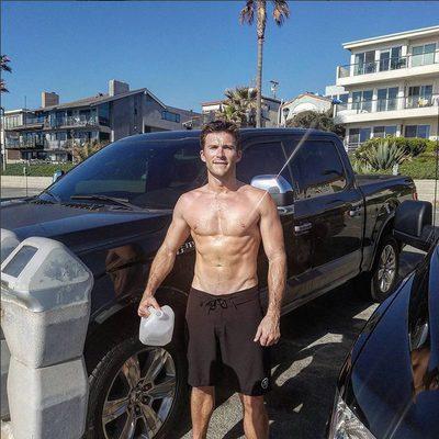 Scott Eastwood posando con el torso desnudo