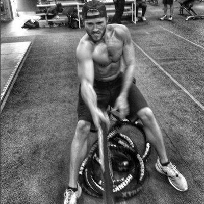 Scott Eastwood haciendo ejercicio en el gimnasio