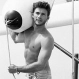 Scott Eastwood posando en un yate