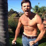 Scott Eastwood haciendo fuerza con los músculos