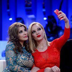 Belén Roca y Charlotte Caniggia haciéndose un selfie en la gala de 'Gran Hermano VIP'