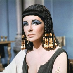 Elizabeth Taylor interpretando a su personaje en la película Cleopatra
