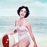 Elizabeth Taylor luciendo un bikini blanco en una sesión fotográfica para el verano