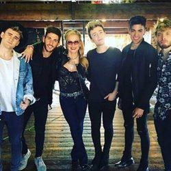 El grupo Auryn junto a Anastacia en Londres en la grabación del videoclip de 'Who is loving you'