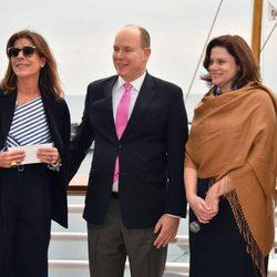 Alberto de Mónaco y Carolina de Mónacorecibiendo una donación para la fundación Princesa Grace