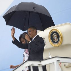 Barack Obama y Michelle Obama saludando tras su llegada a Cuba