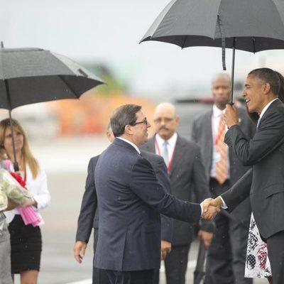 Barack Obama saludando al primer ministro cubano Bruno Rodriguez tras su llegada a Cuba