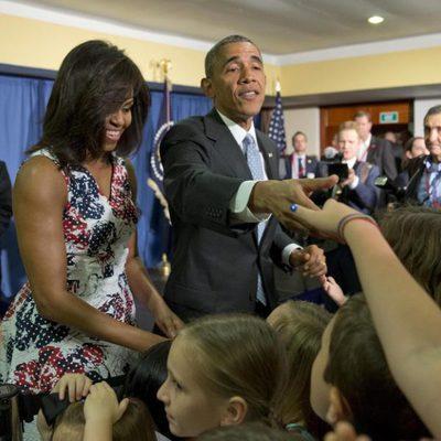 Barack Obama y  Michelle Obama recibiendo a niños cubanos dentro del Hotel