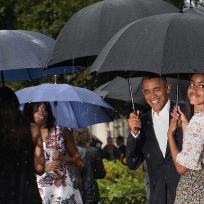 Barack Obama y Malia Obama saludan en su viaje a Cuba