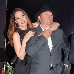 Chayo Mohedano abrazando a Amador Mohedano en la apertura de 'La más grande' en Chipiona