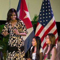 Michelle Obama hablando en la mesa redonda con mujeres cubanas
