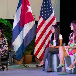 Michelle Obama presidiendo una mesa redonda con jóvenes cubanas