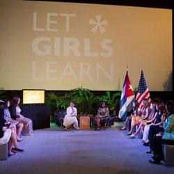Michelle Obama asiste a una mesa redonda con mujeres cubanas en su viaje a Cuba