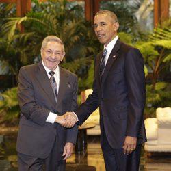 Barack Obama saludando a Raul Castro en su viaje al país