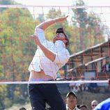 El Príncipe Harry jugando al vóleibol durante su viaje solidario a Nepal