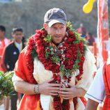El Príncipe Harry con collares de flores durante su viaje solidario a Nepal