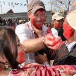El Príncipe Harry con la cara con pintura roja participando en el Festival Hindú del Color de Nepal
