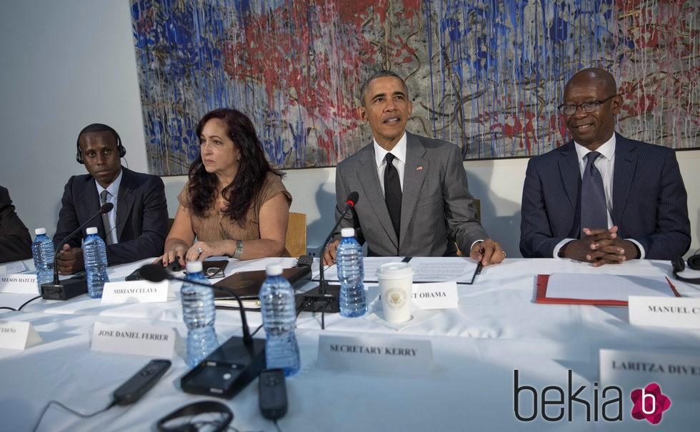Barack Obama se reúne con los disidentes en la embajada americana