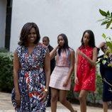 Michelle Obama junto a sus hija visitando un parque en Cuba