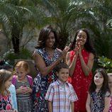 Michelle Obama y su hija Malia en con niños en un parque de Cuba