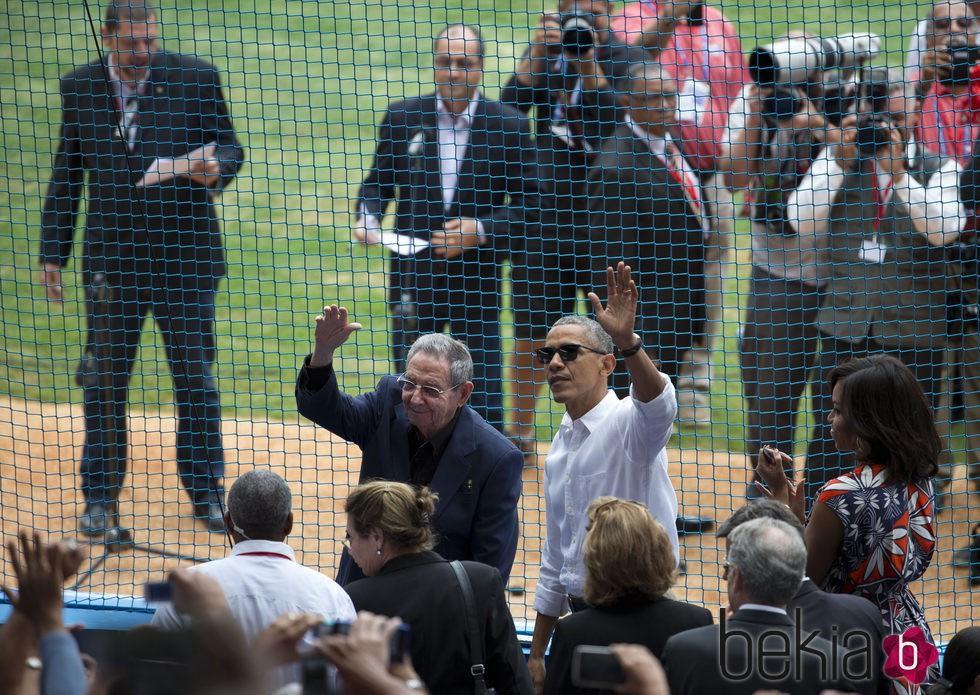 Barack Obama saludando al público en un partido de baseball en Cuba